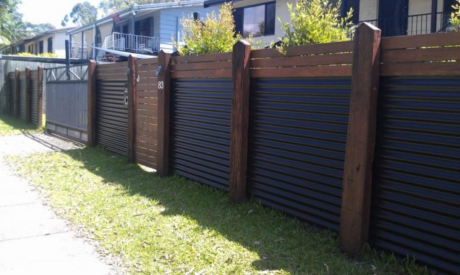 L'utilisation d'une tôle profilée pour l'installation de clôtures vous permet de rendre la façade de la maison plus attrayante et variée.