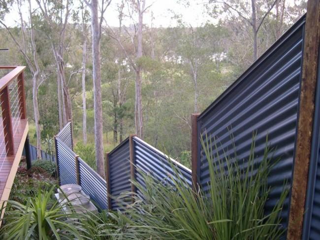 Une clôture en carton ondulé est une clôture solide qui résistera même aux fortes rafales de vent