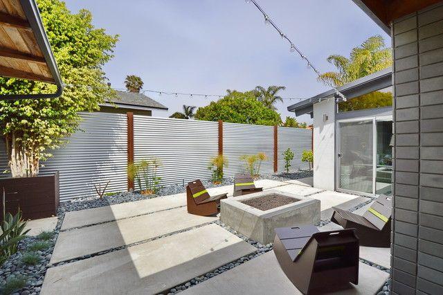 Magnifique zone suburbaine avec une clôture ondulée