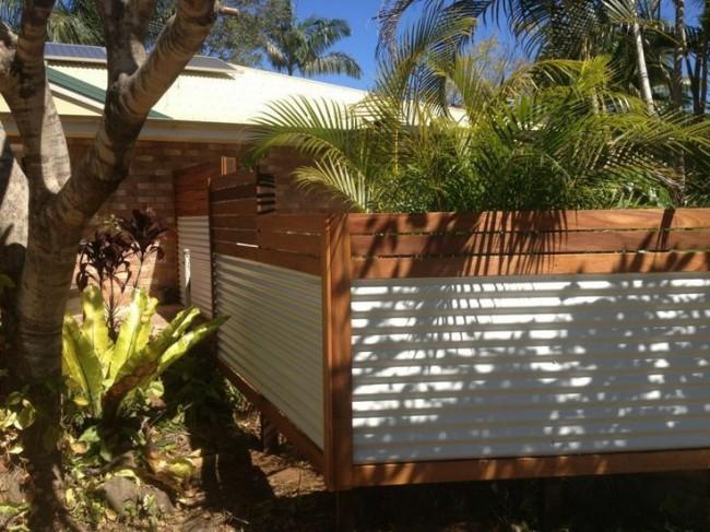 Belle clôture avec une tôle profilée horizontale