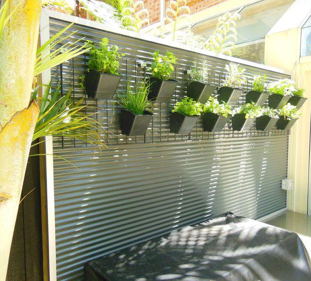 Décoration de clôture avec des pots de fleurs avec des plantes vivantes