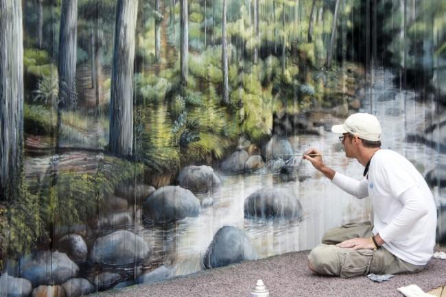 En guise de décoration, une clôture en carton ondulé peut être peinte avec des peintures à l'huile.