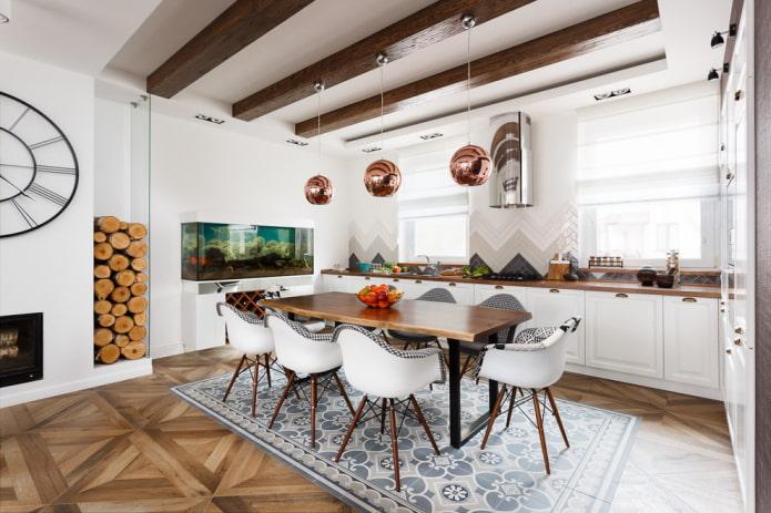 structure à deux niveaux avec poutres dans la cuisine