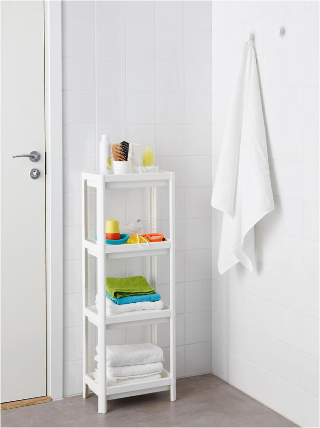 Étagère en plastique - l'une des options économiques pour les étagères de salle de bain