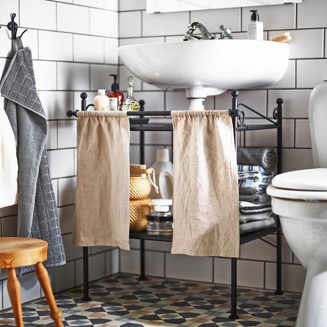 Étagère originale en fer forgé avec rideaux pour la salle de bain