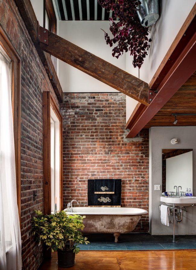 Salle de bain avec décoration murale en fausse brique