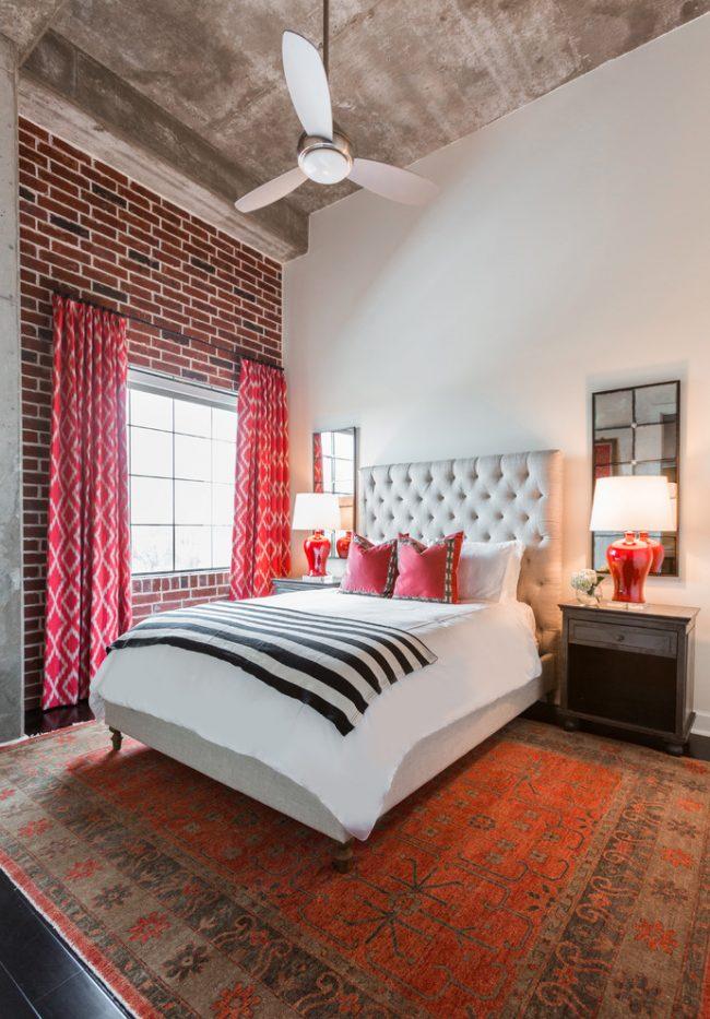 Décor de chambre éclectique avec mur de briques