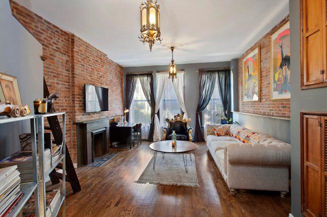 Intérieur de salon moderne avec mur de briques