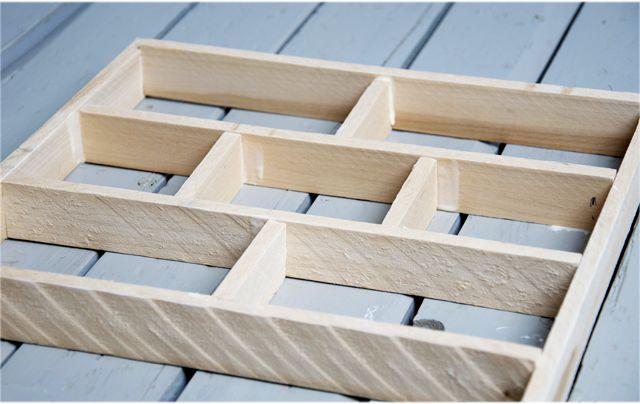 Un gabarit fait de planches de bois pour simuler la maçonnerie