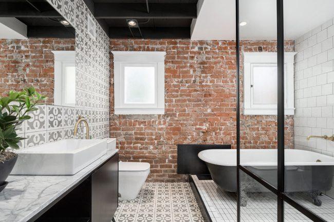 La combinaison de la maçonnerie avec un mobilier d'origine crée un design d'intérieur unique