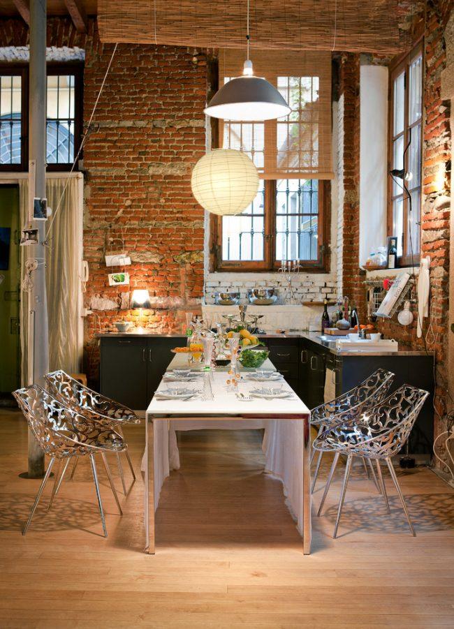 Salle à manger de style loft avec mur de briques