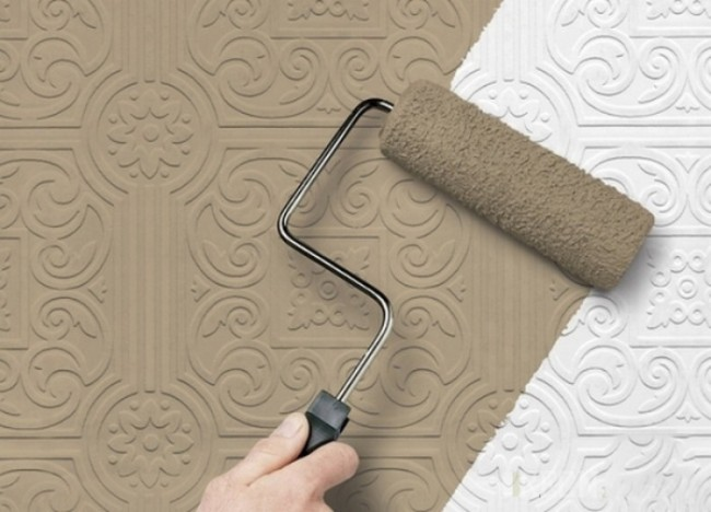Rouleau pour mettre à jour le papier peint en vinyle avec de la peinture