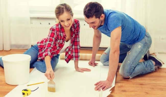 Avec des assistants, le processus de pose de papier peint sera beaucoup plus facile et amusant.