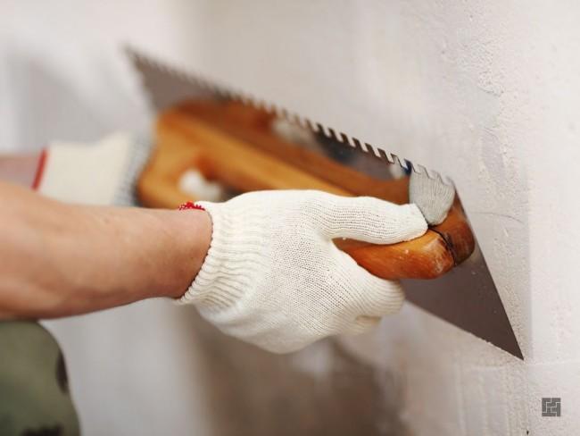 Appliquer un mastic pour niveler les murs