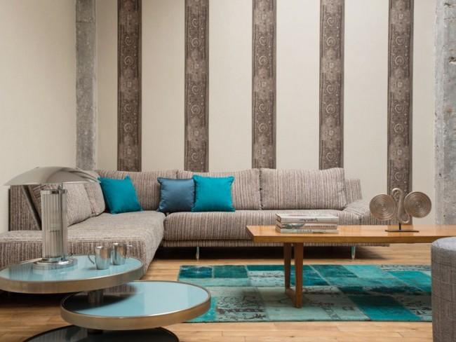 Papier peint vinyle dans le salon assorti au mobilier