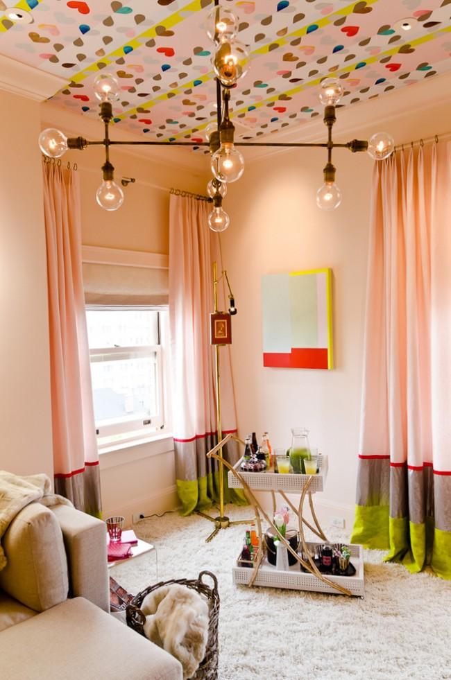Solution inhabituelle pour décorer le plafond avec du papier peint en vinyle