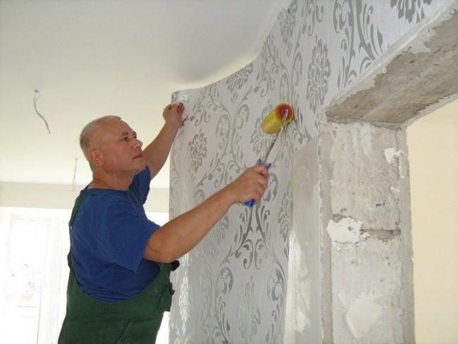 Tout d'abord, nous collons le papier peint sur le mur, puis avec les bandes restantes, nous collons la porte, la fenêtre et la batterie
