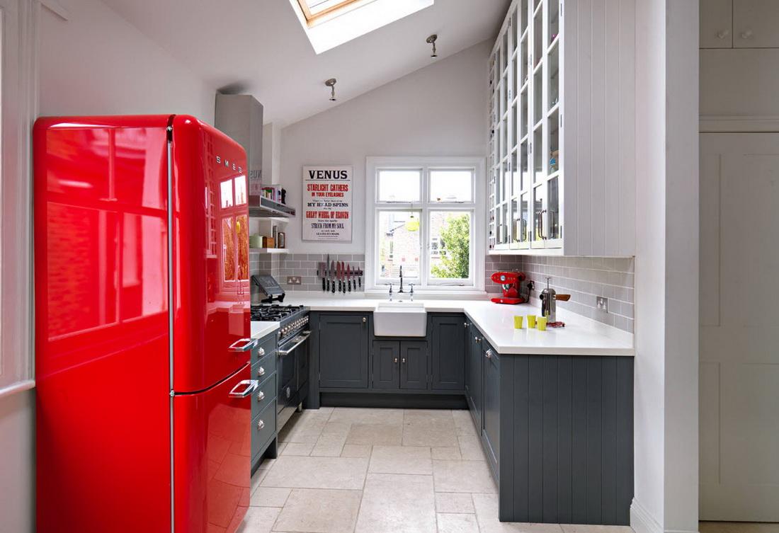 Réfrigérateur rouge d'accent dans la cuisine blanche et grise