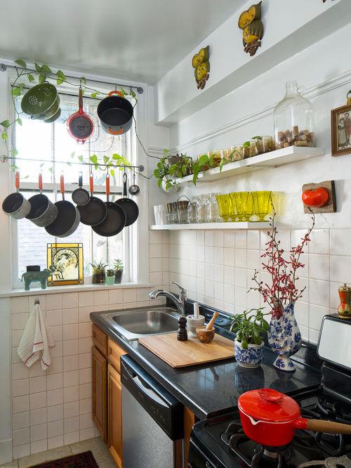 Un comptoir de couleur sombre est un gagnant-gagnant pour n'importe quel intérieur de cuisine