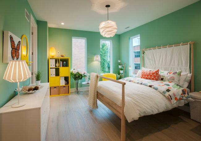 Essayez de choisir un lustre de manière à ce que les ampoules soient situées le plus loin possible du plafond.