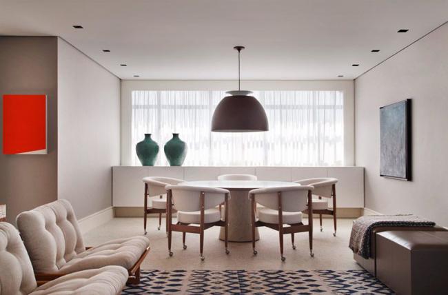 La meilleure option pour un plafond tendu serait un lustre dont les nuances sont dirigées vers le bas