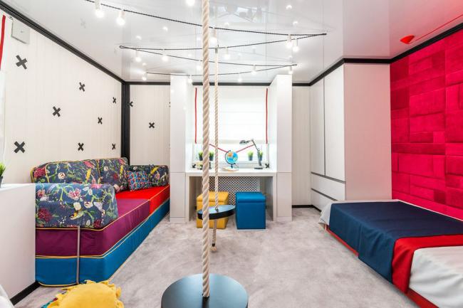 Les lampes combinées à un plafond tendu réfléchissant donnent un effet visuel époustouflant