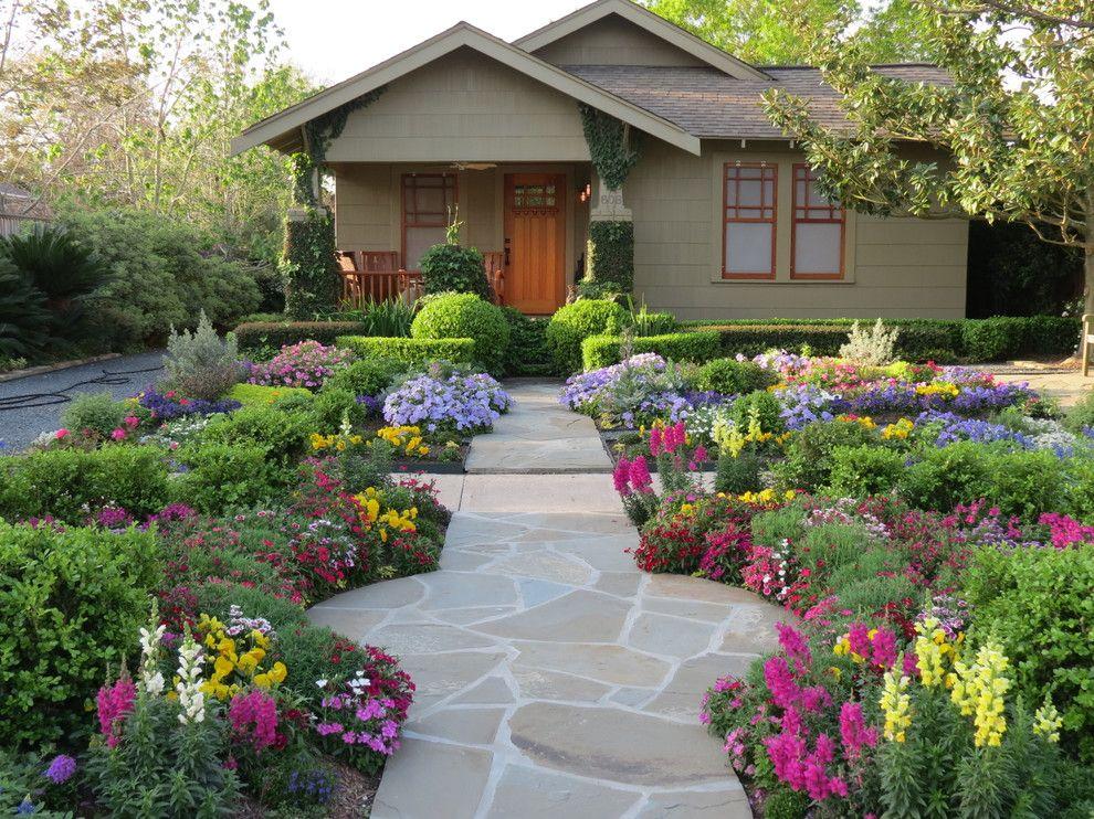 Primevères, clous de girofle, lin et autres fleurs sauvages envelopperont la cour du chalet d'été dans une romance estivale spéciale