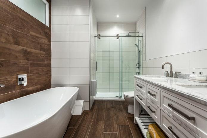 carrelage en bois à l'intérieur de la salle de bain