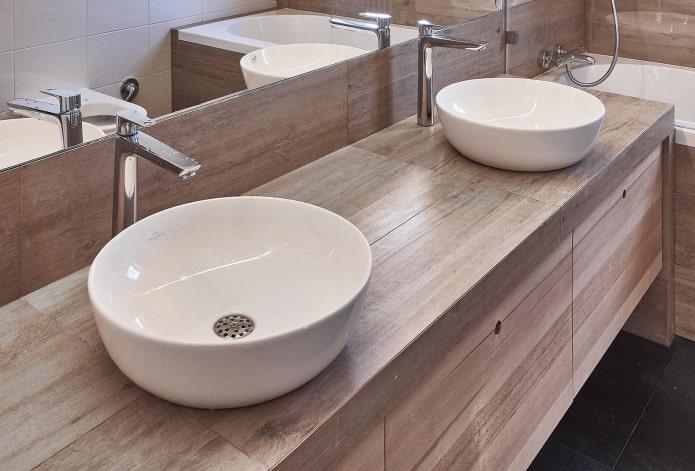 plan de travail avec carrelage effet bois à l'intérieur de la salle de bain