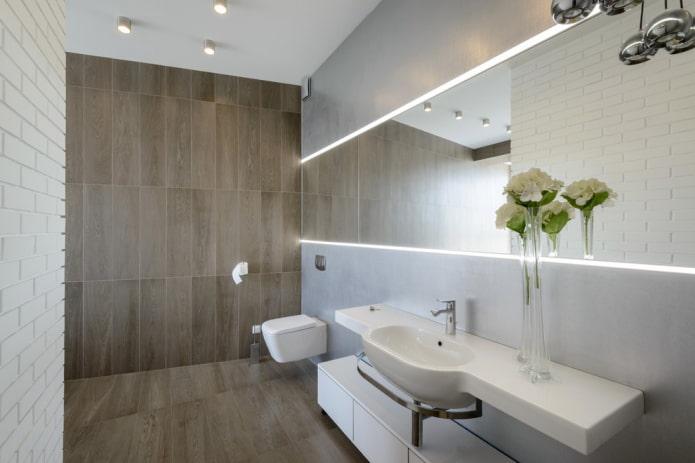 carrelage imitation bois à l'intérieur des toilettes
