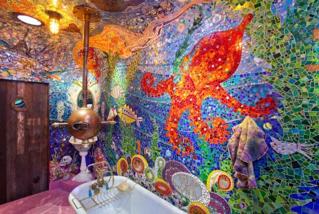 Le plafond et les murs d'une salle de bain unique nommée