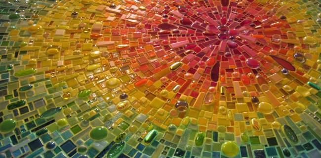 Terrain arc-en-ciel radial composé de mosaïques et de morceaux de verre de différentes tailles et formes