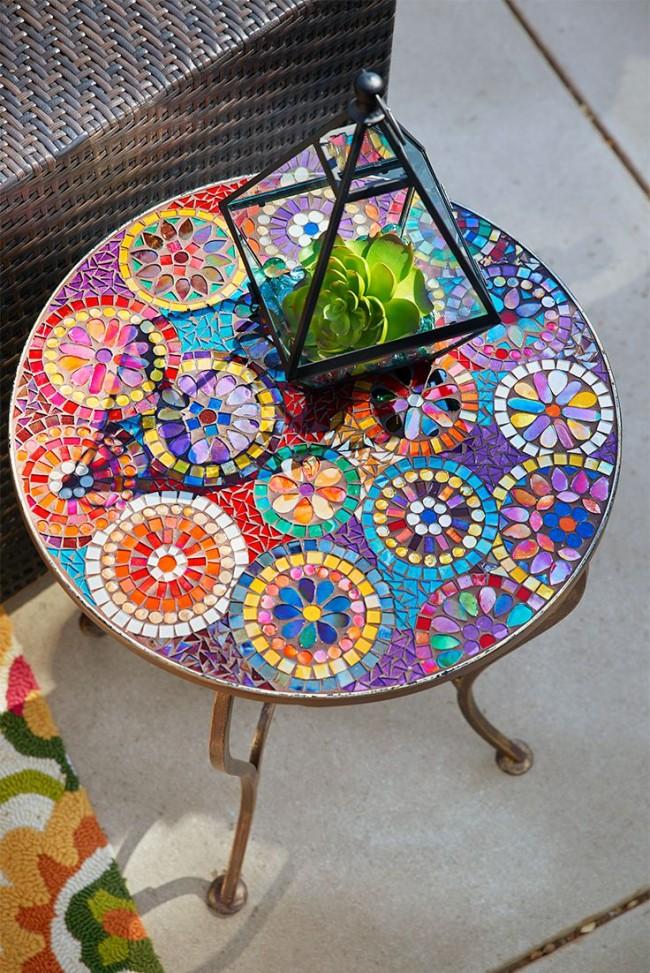Table chic avec mosaïque à la main