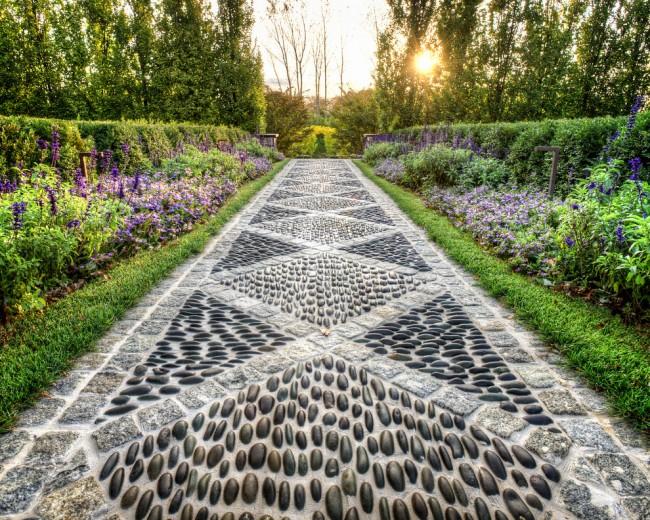 Mosaïque d'allée de jardin - l'une des façons de décorer une zone suburbaine
