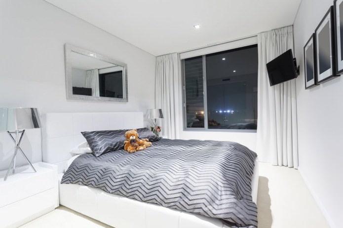 plafond tendu à un niveau dans la chambre en blanc