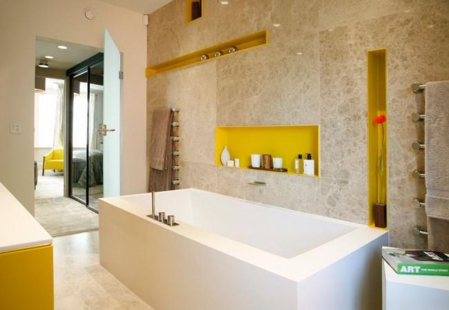 Dans la salle de bain, une niche comme décoration et un beau remplacement pour les étagères à charnières