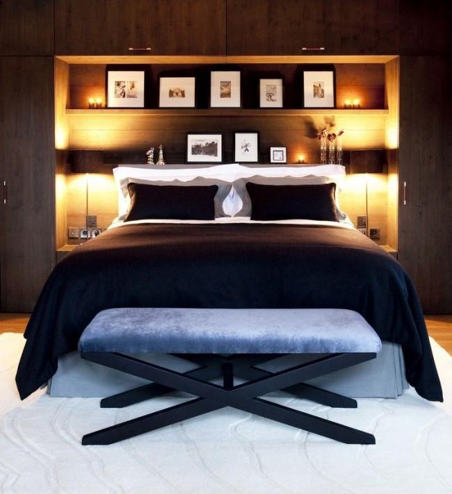 Grande étagère fonctionnelle et confortable dans la chambre