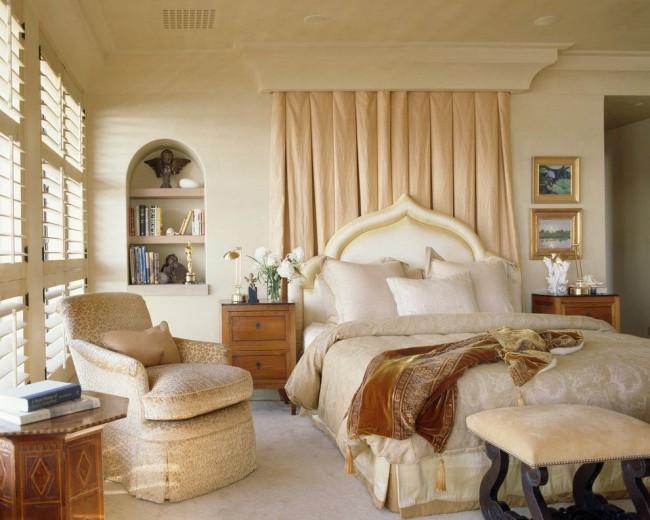 Étagère pratique et fonctionnelle à côté du lit dans une petite chambre