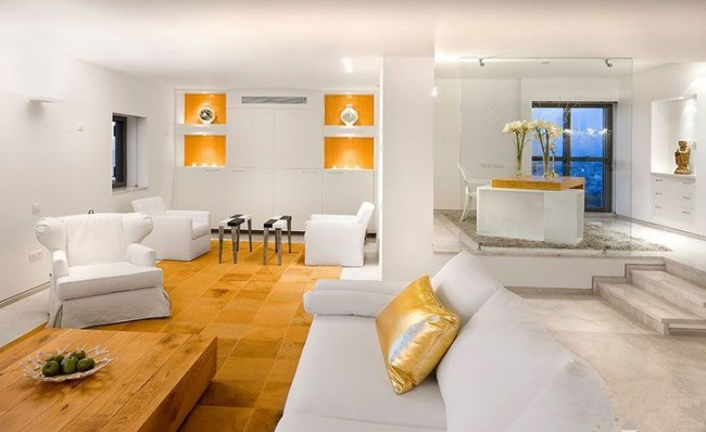 Chambre blanche avec éléments de décoration dorés