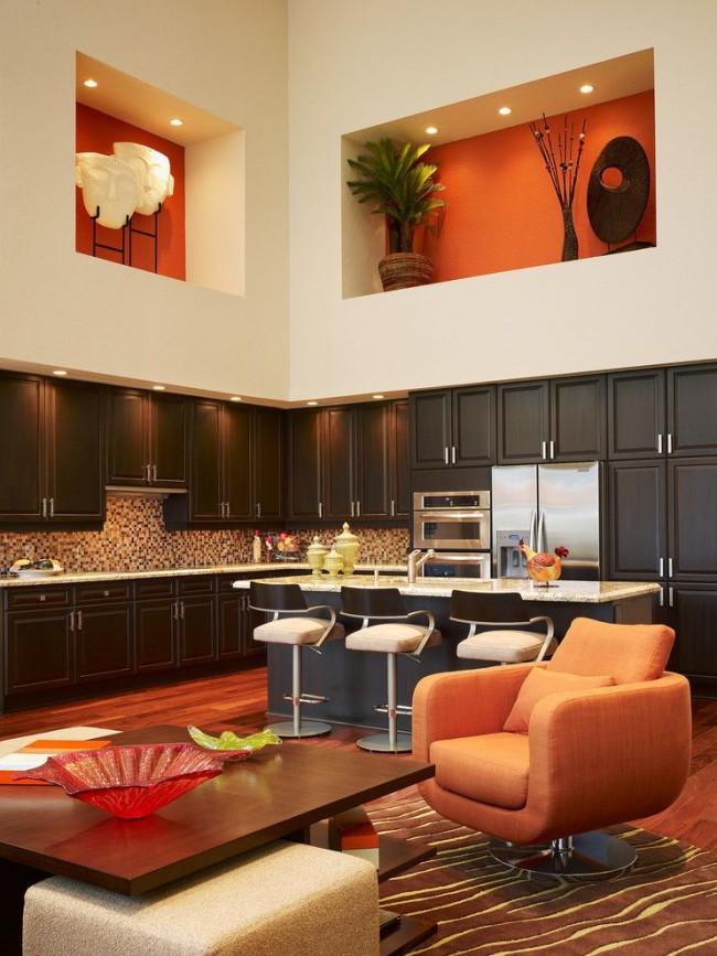 Dans une grande pièce, il est conseillé de faire une grande niche aux couleurs chaudes, ainsi la pièce sera plus confortable