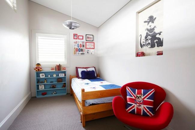 Chambre d'enfant lumineuse avec une étagère pour les jouets qui accentuent le style