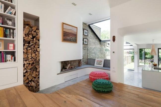 Niche pour bois de chauffage dans une pièce avec cheminée