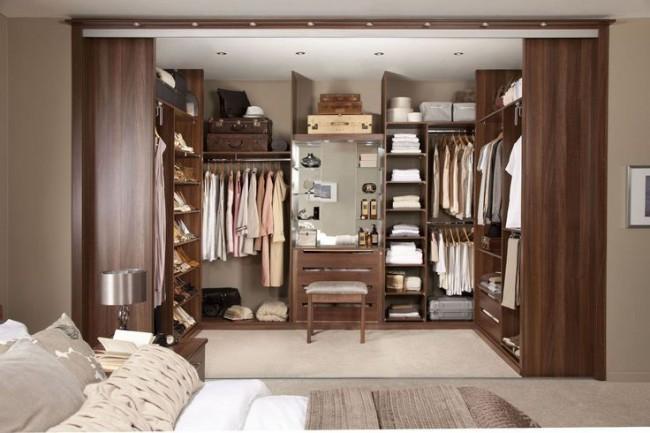 Une grande niche qui remplace une armoire - pour ceux qui permettent l'espace de la pièce