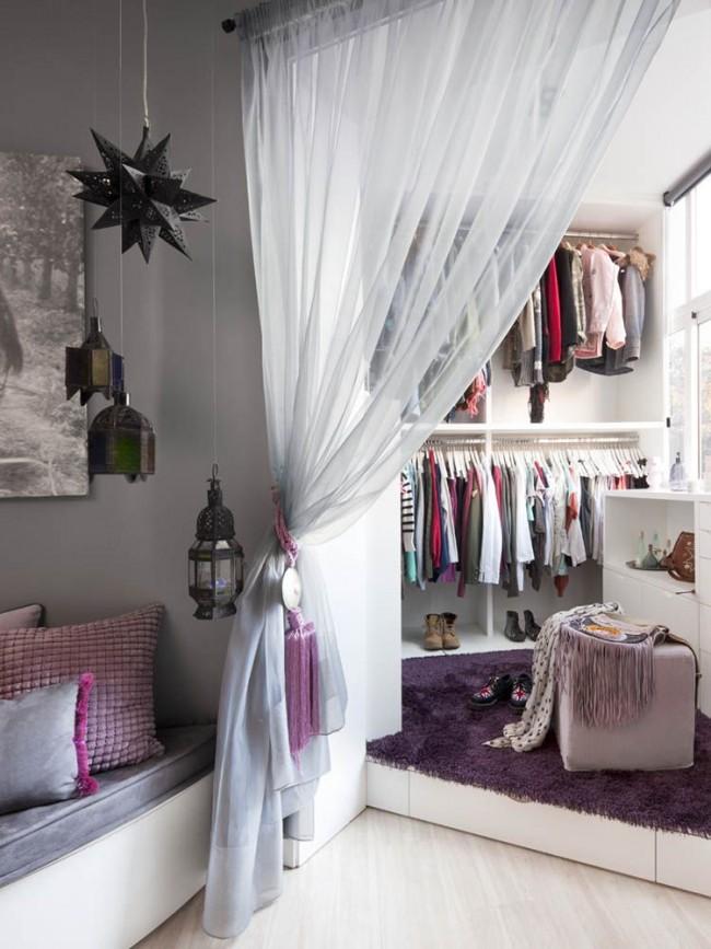 Mini-pièce pour ranger les choses, clôturée avec un rideau