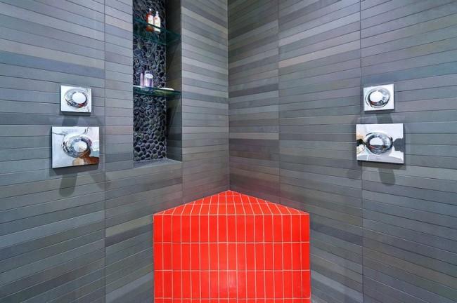 Salle de bain très élégante et sophistiquée avec la même étagère pour les produits de soins personnels