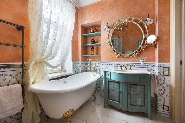 Niche dans la salle de bain pour placer des produits cosmétiques et aromatiques