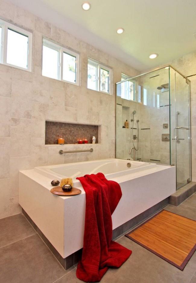 Les bougies sur l'étagère du coffre-fort vous aideront à vous détendre dans la salle de bain.