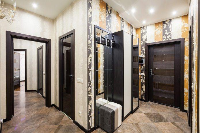 couloir avec deux types de papier peint