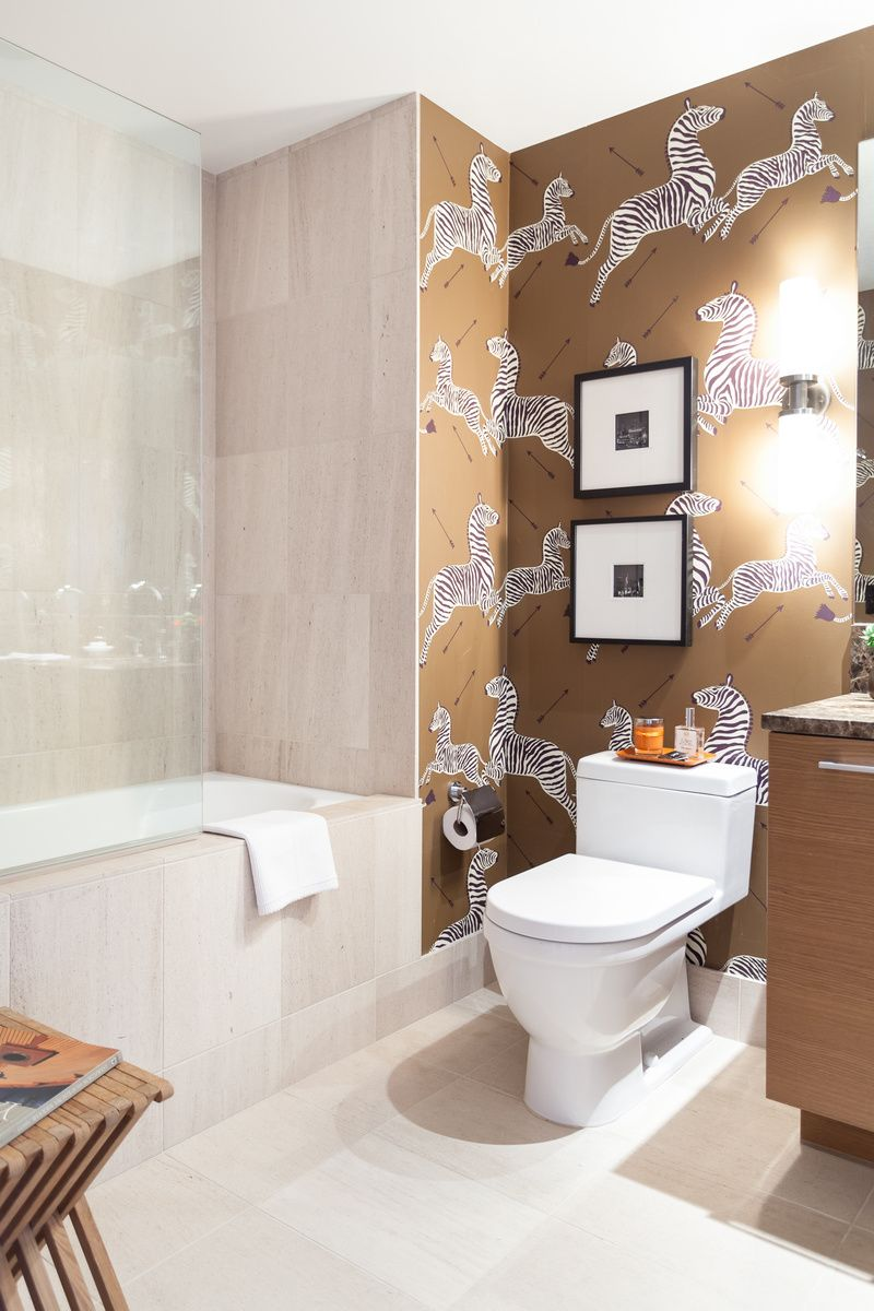 Les avantages du papier peint permettent d'insister pour le considérer comme un élément de design de salle de bain.
