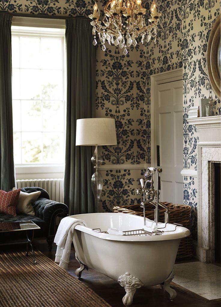 Le principe même de travailler avec du papier peint simplifie grandement les rénovations répétées dans la salle de bain.